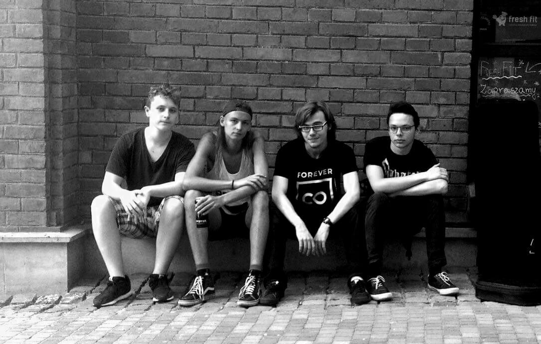 Wygnani band sitting