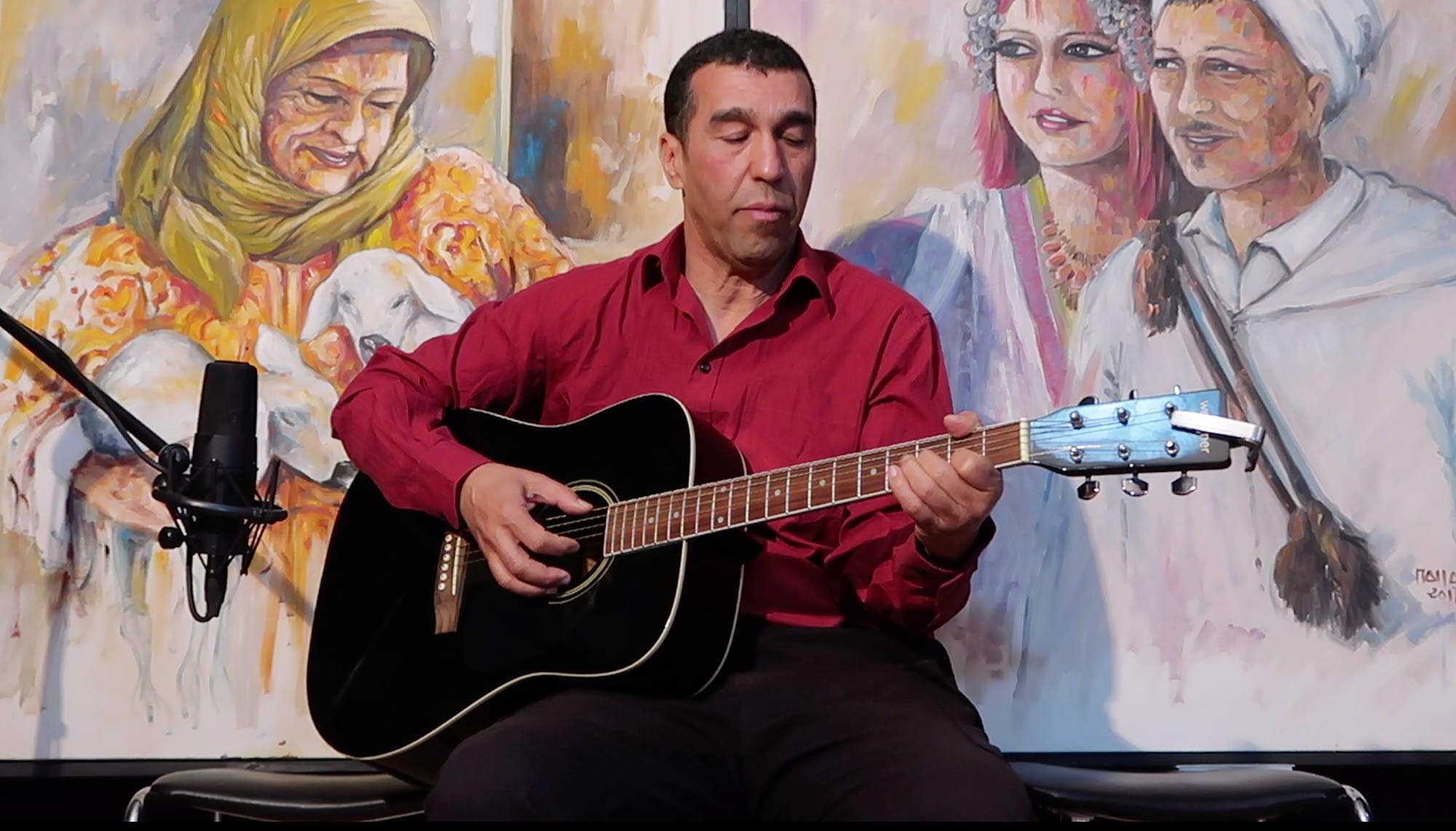 Mo Mallal playing guitar
